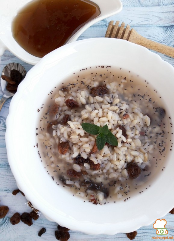 Десерт од интегрален ориз со суво грозје, афион и ореви