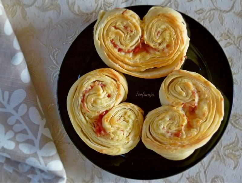 Палмиерс -Лиснато пармезан пециво со салама и жолто сирење