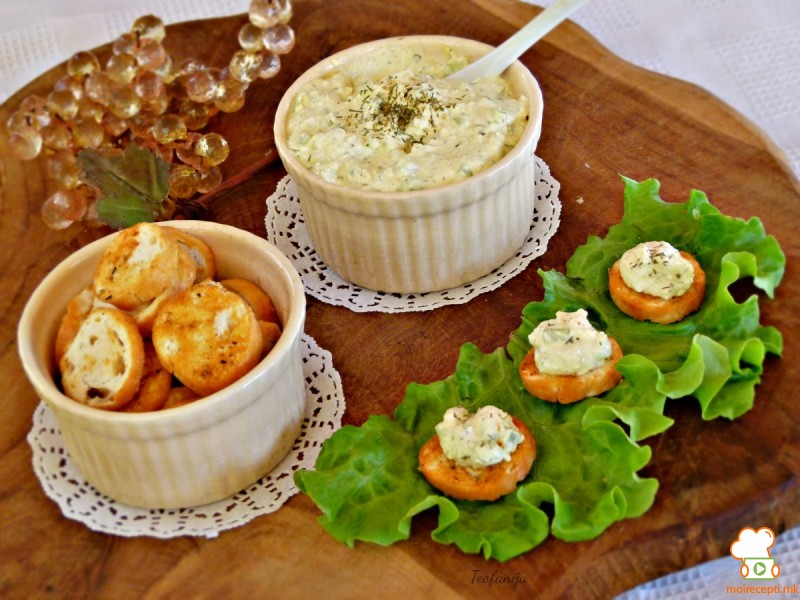Млечна салата со крекери и куркума сервирана на брускети