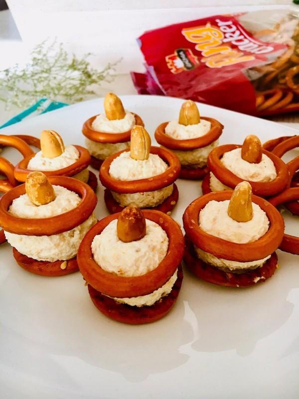 Солени коктел бомбици со крекери, фета и кикирики