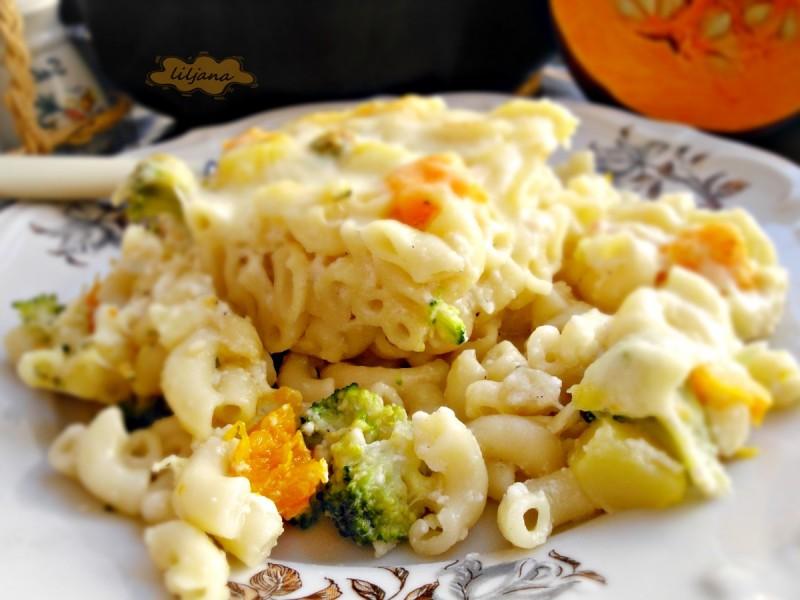 Макарони со тиква, брокула, морков и бешамел со сирење
