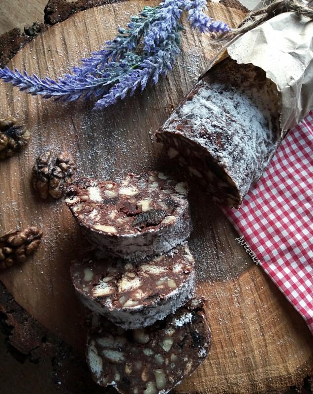 Блага салама со крекери, ореви и суви сливи