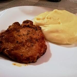 Динстано свинско со домашно пире