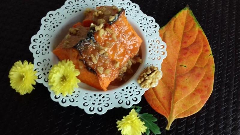 Печена тиква прелиена со карамел со ореви