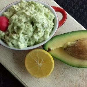 Крем салата со авокадо и свежа краставица