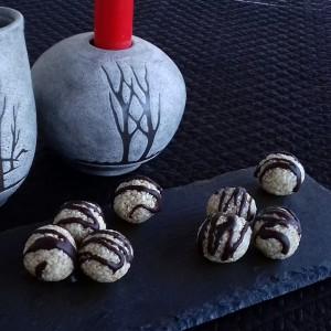 Бомбици со локум и сусам