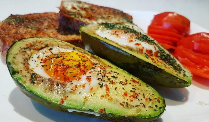 Печено авокадо со јајце