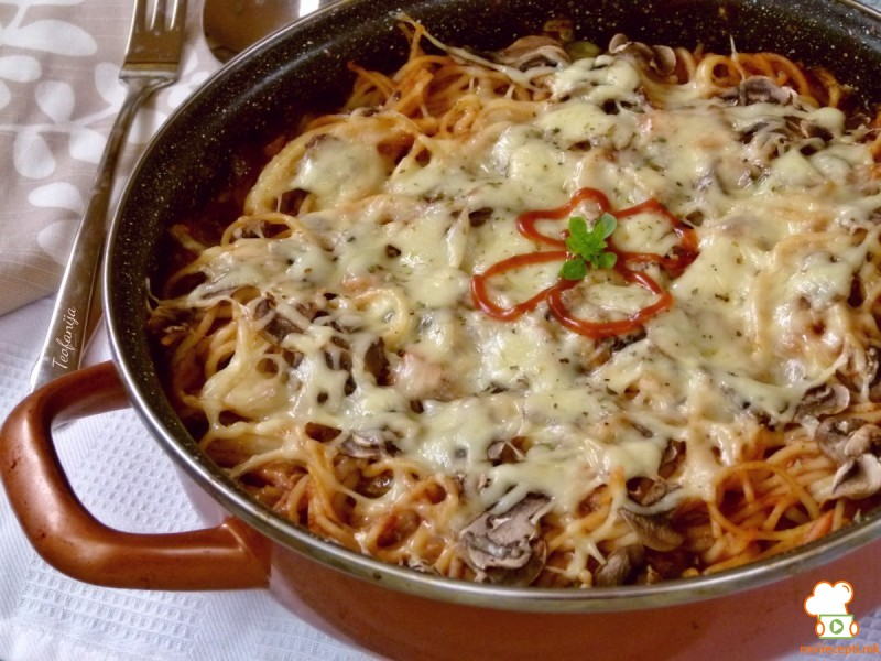 Потпечени шпагети со туна, доматен сос и кисели краставички