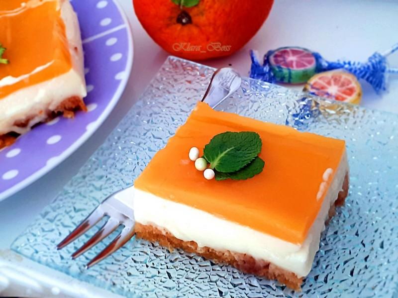 Торта со вкус на портокал и карамелизиран шеќер (без печење)
