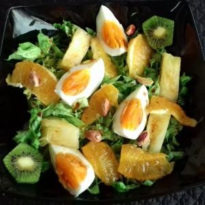 Слатко-кисела салата со марула, јајца,ананас и портокали