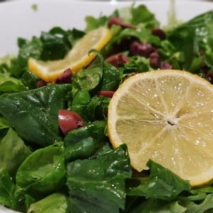 Зелена салата со лимон
