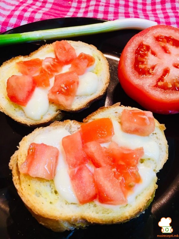 Класични брускети со сирење и домати