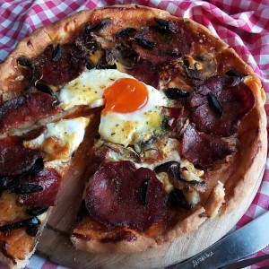 Домашна пица со печеница (тесто за пица со мајонез)