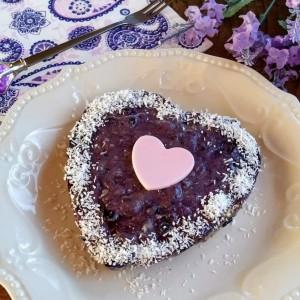 Бисквитен колач со боровинки (без печење)