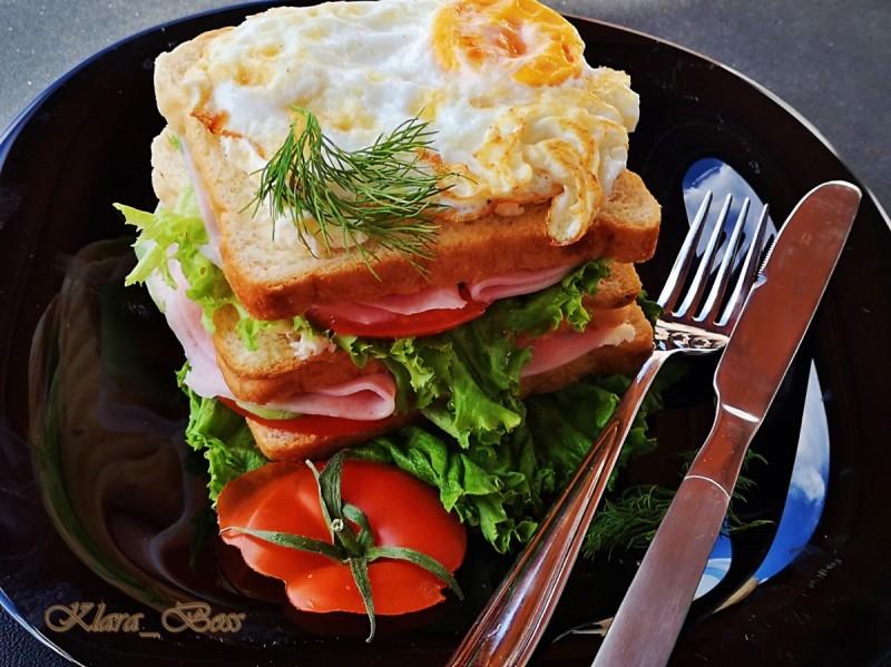 Ладен сендвич со јајце на око
