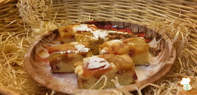 Јаболков колач со бадеми