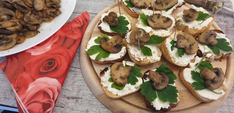 Брускети со крем сирење и печурки