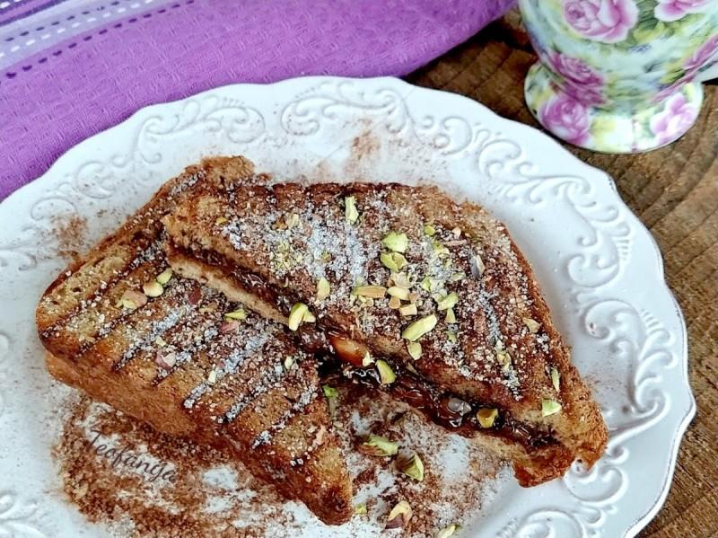 Чоколаден тост со фстаци