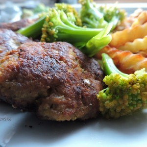 Пилешки плескавици со лута пиперка и сирење