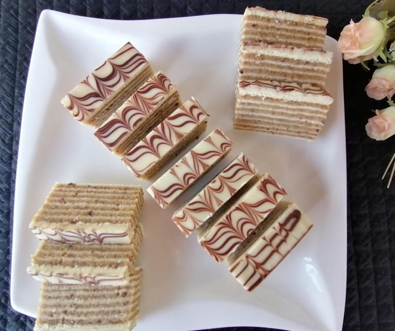 Колач со ванила пудинг, орев и розен кори