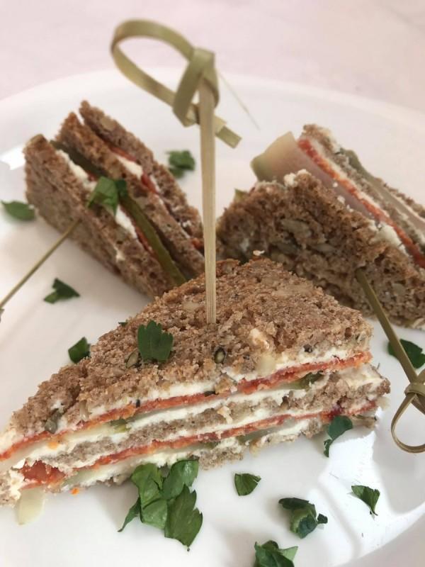 Сендвич од црн леб, кајмак и краставички