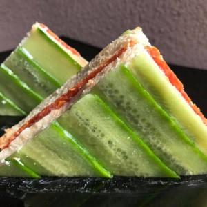 Клуб сендвич со краставица и крем сирење