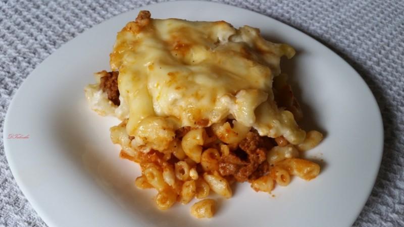 Потпечени макарони со мелено месло и сос со топено сирење