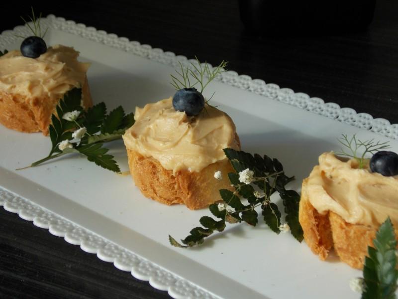 Слатки брускети со путер од кикирики и маскарпоне