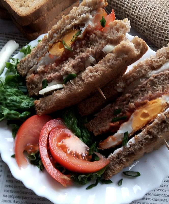 Англиски сендвич со јајце и туна