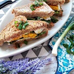 Клуб сендвич со спанаќ и јајце