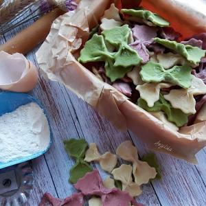 Шарени разиграни макарони со природни бои