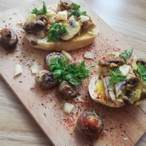 Брускети со свинско месо и печурки