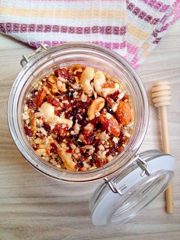Мед со јаткасти плодови и суво овошје за јак имунитет