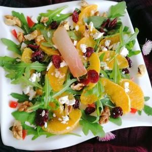 Екстравагантна салата од рукола, орев, портокал и брусница