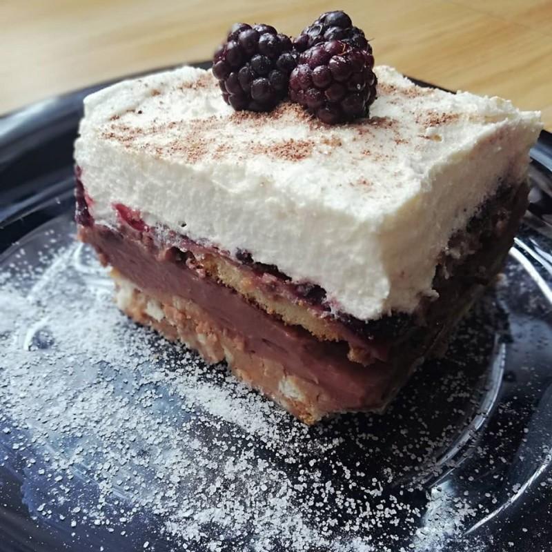 Овошна торта со Винчини бисквити и капини (без печење)