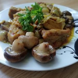 Свинско месо со свежи печурки и бело вино