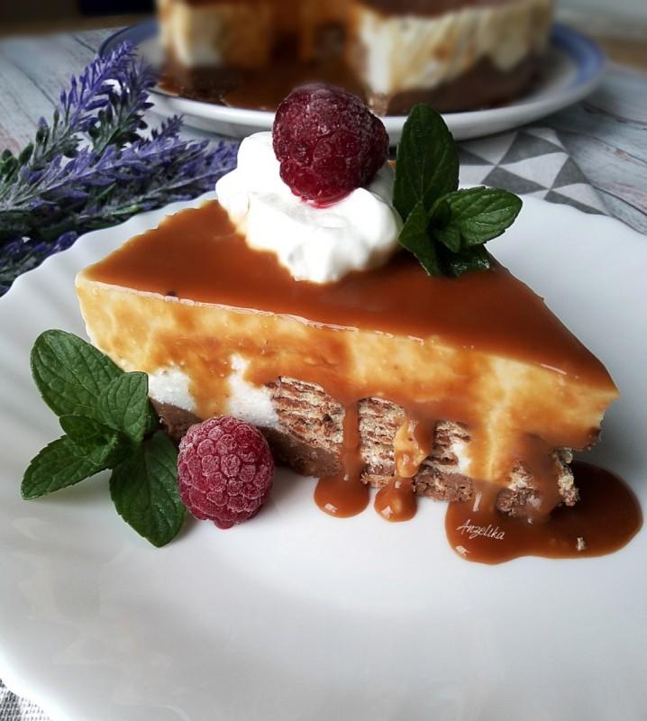 Чизкејк со наполитанки и чоколадна карамела (без печење)