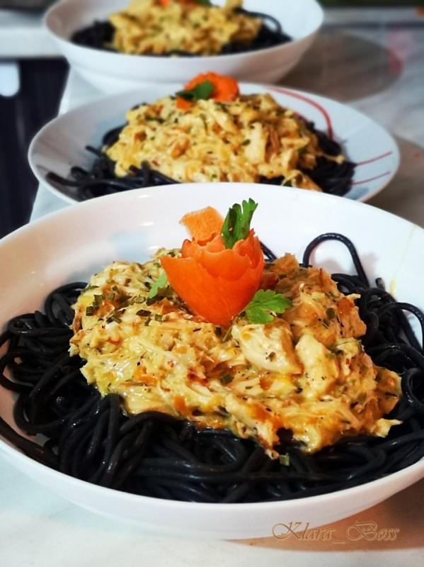 Црни шпагети со бело пилешко