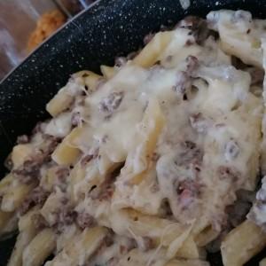 Паста со мелено во бешамел сос со крем сирење и топено сирење