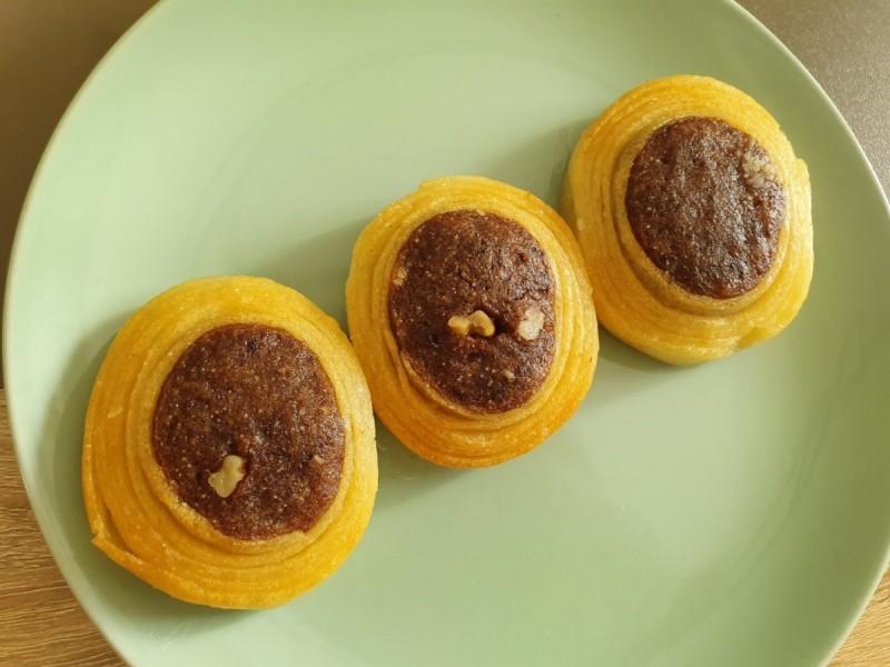 Двобојни парени колачи со гриз и ореви