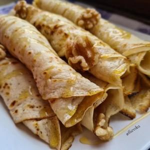 Палачинки со полнеж од мед и бадеми (посно)