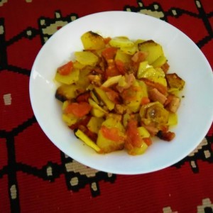 Печен компир со сланина, домати и лути пиперчиња