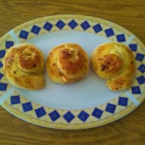 Мини банички со овчо сирење, доматен сос и оригано