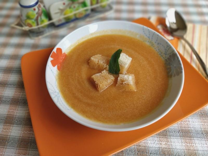 Пикантна крем супа со моркови (подготвена во Мултифреш вакуум блендер)