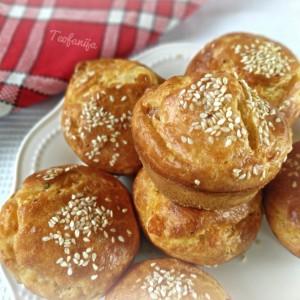 Солени мафини со биено сирење и чадена шунка