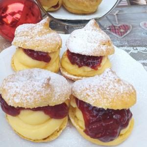 Принцес ванила крофни со џем од јагоди