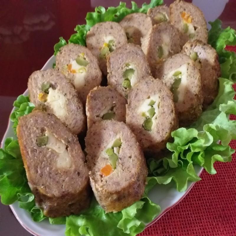 Ролат со мелено месо, кашкавал и мешан зеленчук.