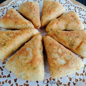 Триаголник пирошки со сирење и рукола