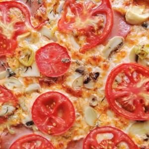 Сочна пица (тесто со кисела вода и квасец)