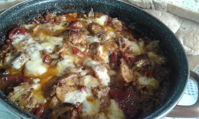 Месо во тава со суви пиперки и бело вино